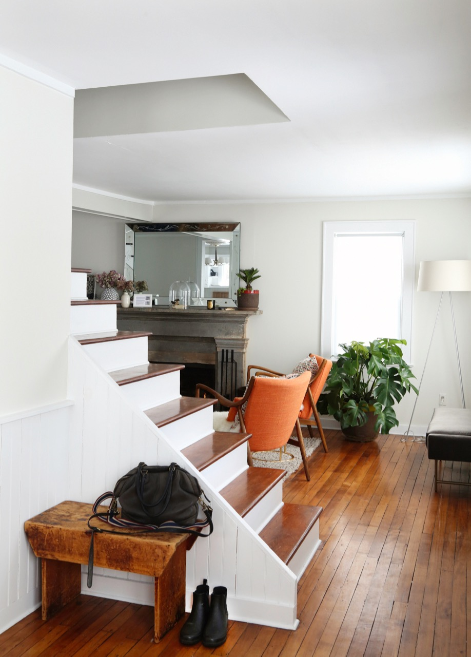 WILLOW COTTAGE STAIRS BENCH LIVING ROOM 2_ESCAPE BROOKLYN.jpg
