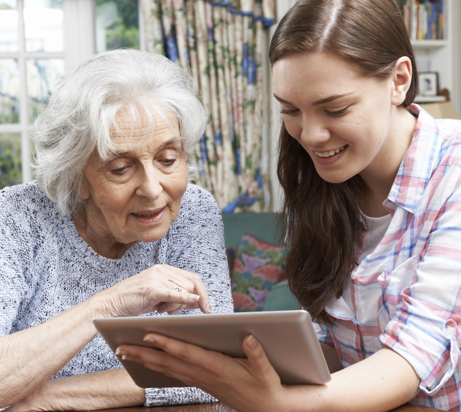 older woman and younger woman ipad ThinkstockPhotos-487910370_square.jpg