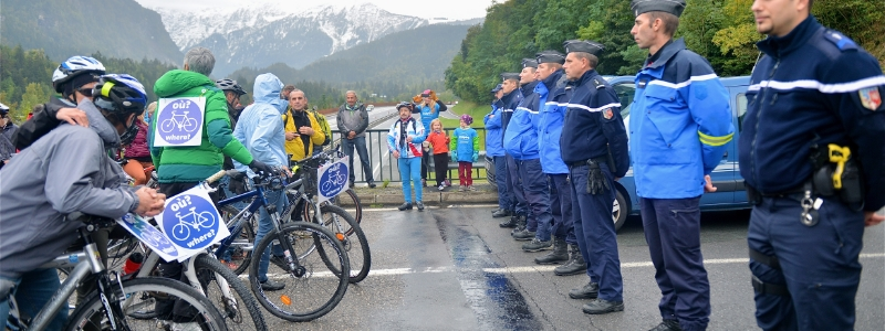 Vélos, gendarmes, Route Blanche.JPG