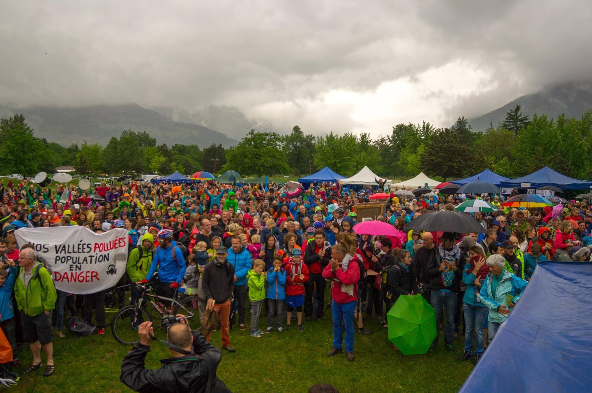 2 000 personnes sous la pluie au lac de Passy