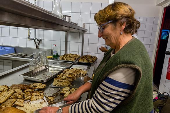 Une belle ambiance en cuisine avec l'efficace équipe de bénévoles