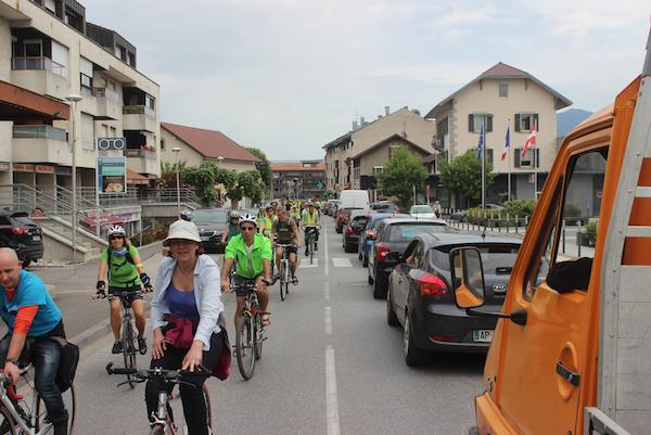 FAUCIGNY - Pour cette 2e Vélorution Faucigny/Vallée Verte, le trajet a conduit 230 cyclistes sur 7.5 km, entre les communes de Cornier, Scientriez, Pers-Jussy et Reignier-Esery. Le cortège a été rejoint par 50 marcheurs à l'arrivée au centre ville de Reignier-Esery. Interventions de Mesdames Christelle Petex (Conseillère départementale du canton de La Roche-sur-Foron) et Béatrice Dubet (adjointe au Maire de Reignier-Esery). Après un grand pique-nique, l'après-midi s'est poursuivi dans une ambiance festive autour des activités proposées par les nombreuses associations organisatrices et partenaires.Organisation : AERE (Reignier-Esery), Natenv (Pays Rochois), Chloro'Fill (Fillinges), La Fabrique à Biclou (La Roche Sur Foron), L'Abeille (Contamine sur Arve) et Vivre en Vallée VerteArticle du Dauphiné Libéré