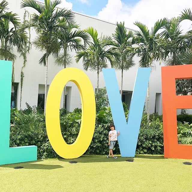 all you need is love ✌🏻 // #atlasarcher #atlasthegreat #mytinyatlas #makeartnotwar #soflo #floridatourism #floridakids #abmlifeisbeautiful #abmhappylife