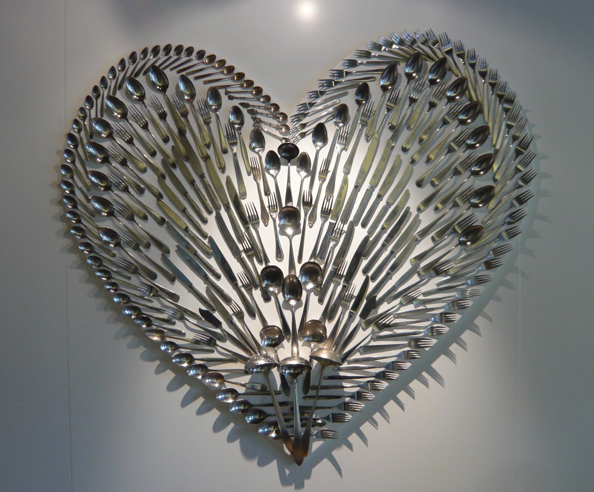 Cutlery_in_the_shape_of_a_heart_-_Zuiderzeemuseum_Enkhuizen.jpg