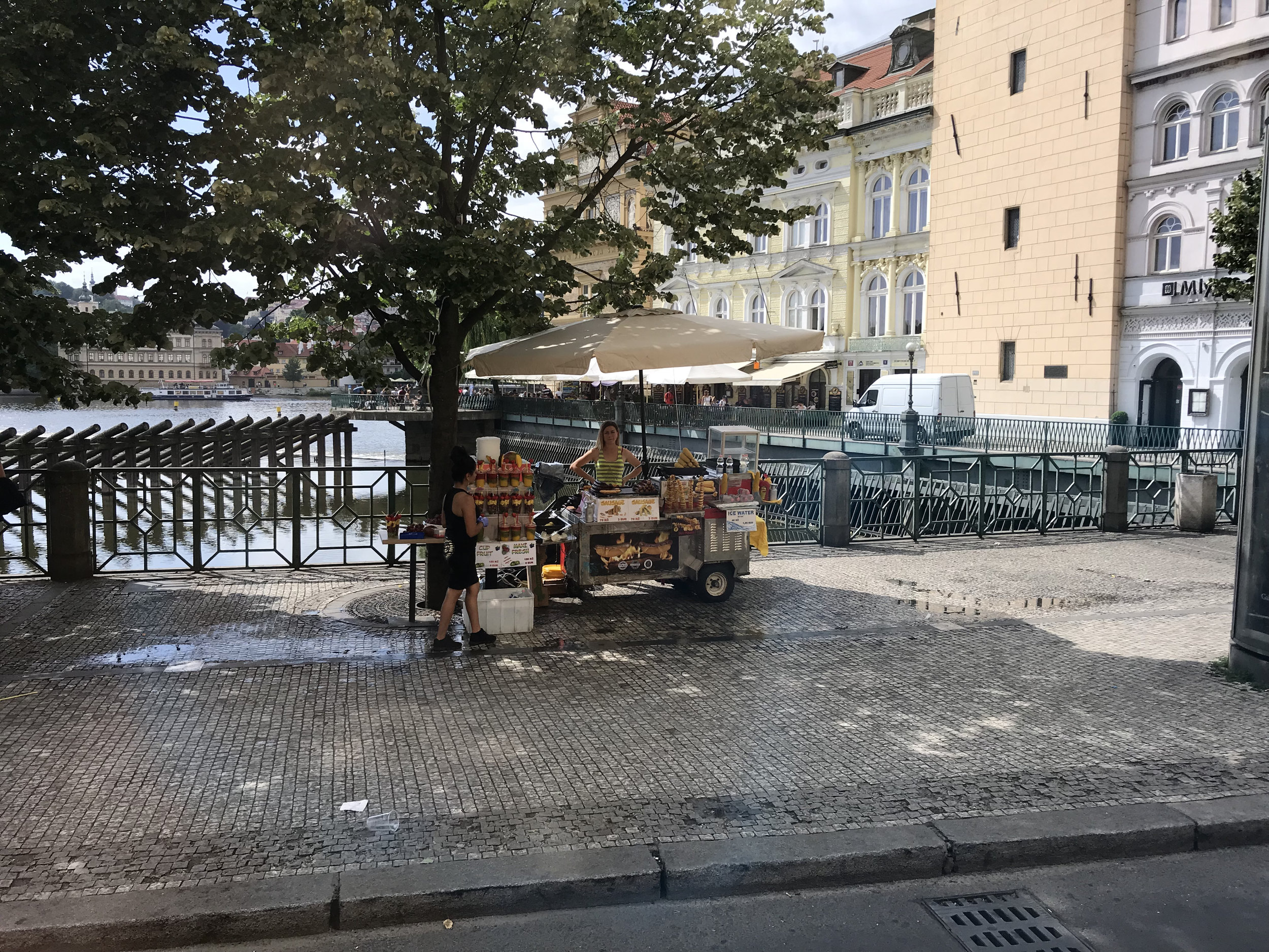 teri_Prague_TouringOldTown_spiritedtable_photo08.jpg