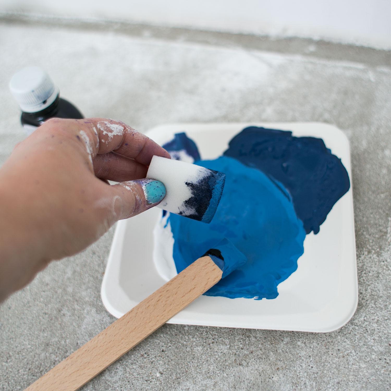 - 12 -  potem gąbkę zamaczałam dość obficie w farbie.