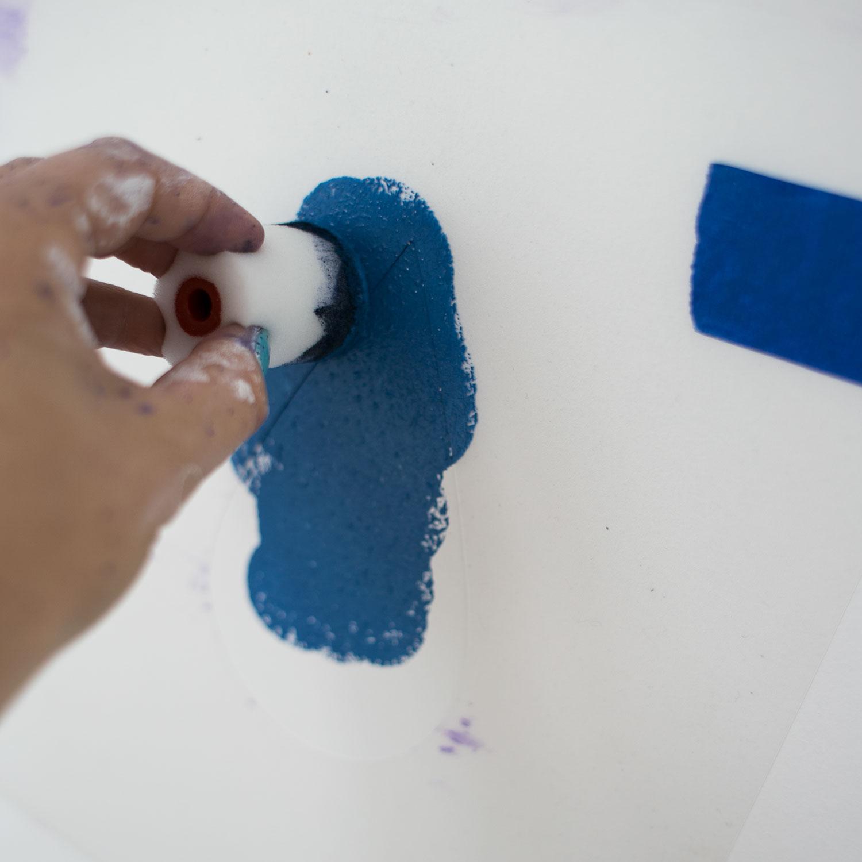 - 16 -  farba też nie wchodziła pod szablon, bo była dociskana do ściany, a nie jak wcześniej wrolowywana pod szablon.