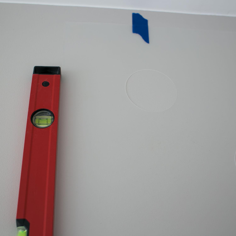 - 3 -  poziomicą sprawdzamy czy na pewno jest w poziomie. jeśli nie, regulujemy przeklejając szablon.