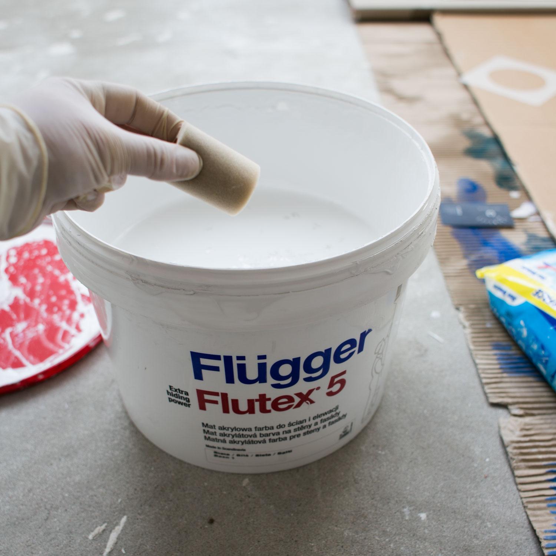 - 4 -  nabieramy niewiele farby na wałeczek malarski. ja nabierałam prosto z wiaderka, bo na małych tackach farba zastygała.