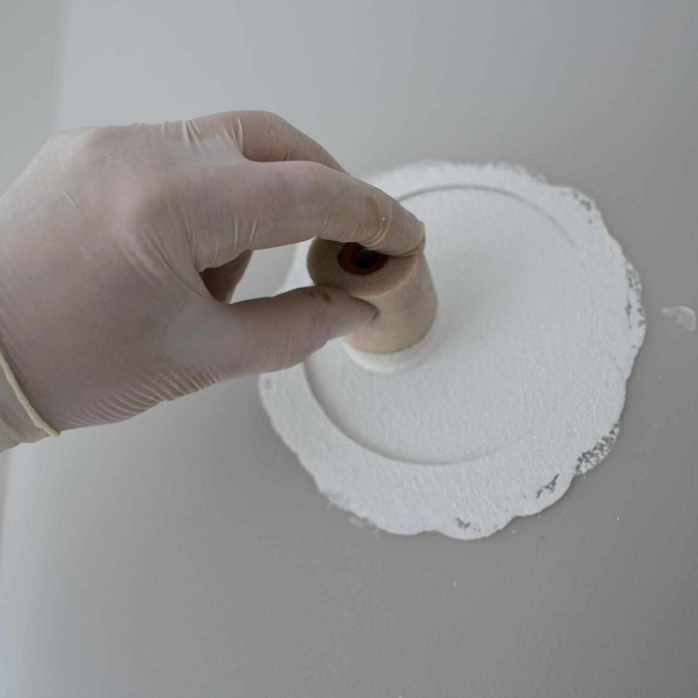 - 5 -  dociskając do ściany, malujemy wzór.