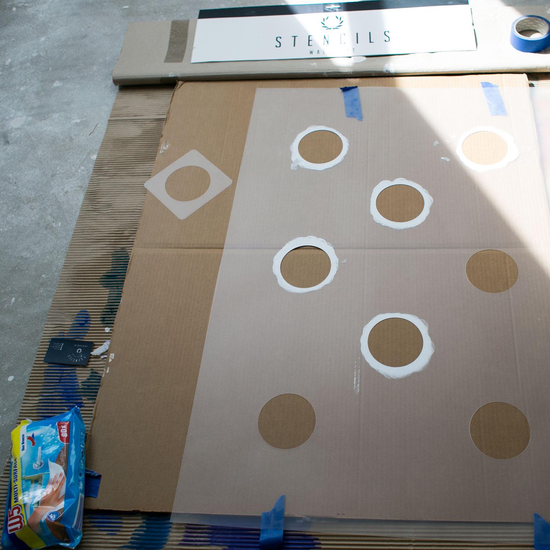 - 9 -  teraz przemywamy z obu stron szablon położony na kartonie - najlepiej mokrymi ściereczkami. ale nie trzeba tego robić dokładnie, bo używamy tego samego koloru i wystarczy tylko przetrzeć.