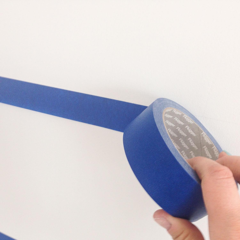 - 4 -  przyklejamy taśmę malarską wzdłuż narysowanych linii. staramy się, by taśma była odsunięta od linii o jakieś 1 do 2mm, aby potem można ją było zamalować.
