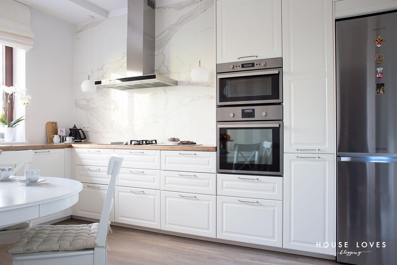kuchnia IKEA - kuchnia z drewnianymi dodatkami