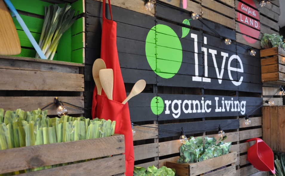 O 'live    Design and installation of a window display for organic vegetable brand.