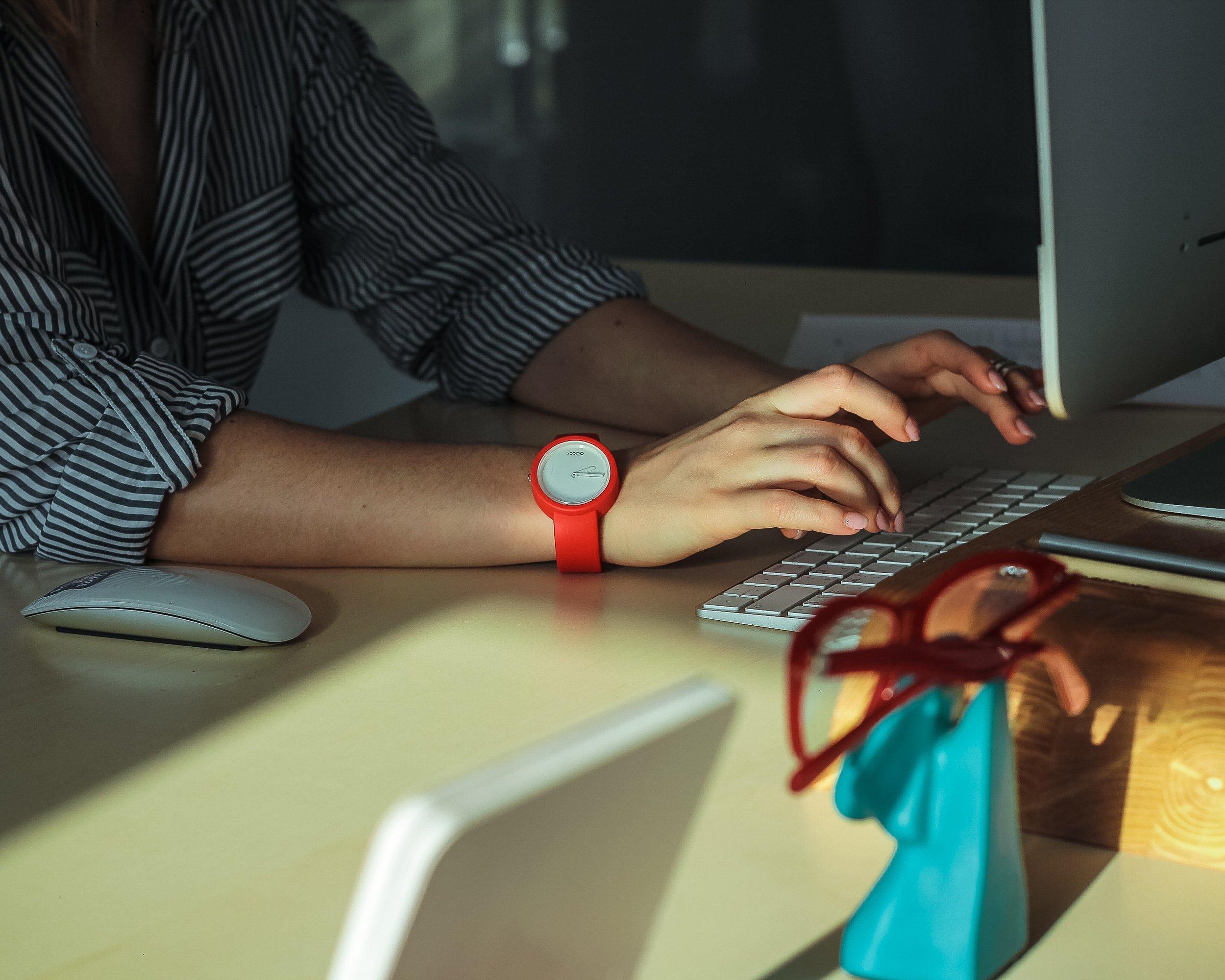 computer-desk-hands-2089373.jpg
