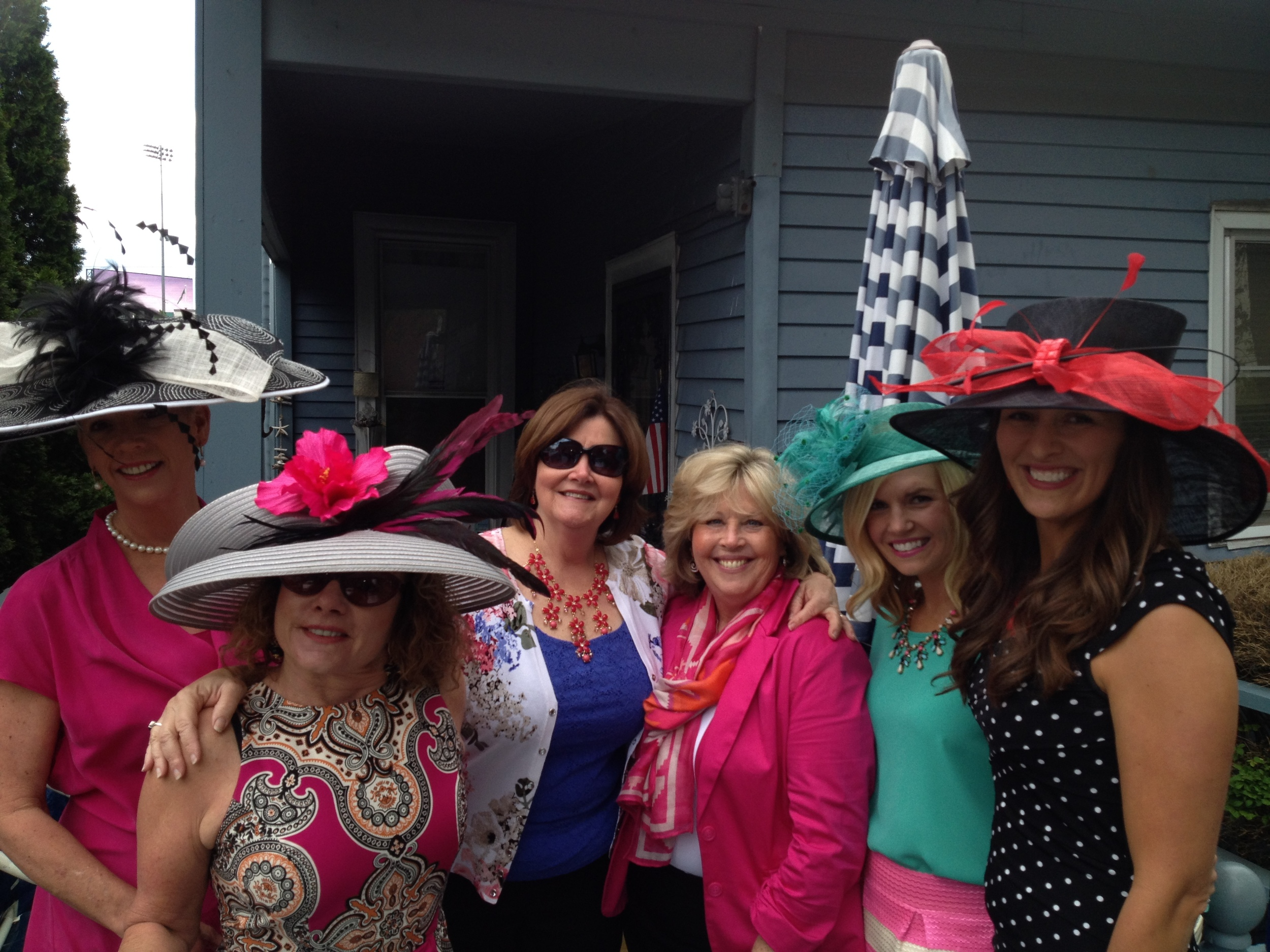We met up at Lee's then walked the 2 blocks to Churchill Downs. L-R: Kelly, Joy, Donna, Eileen, Leah's friend & Leah (Donna's daughter)