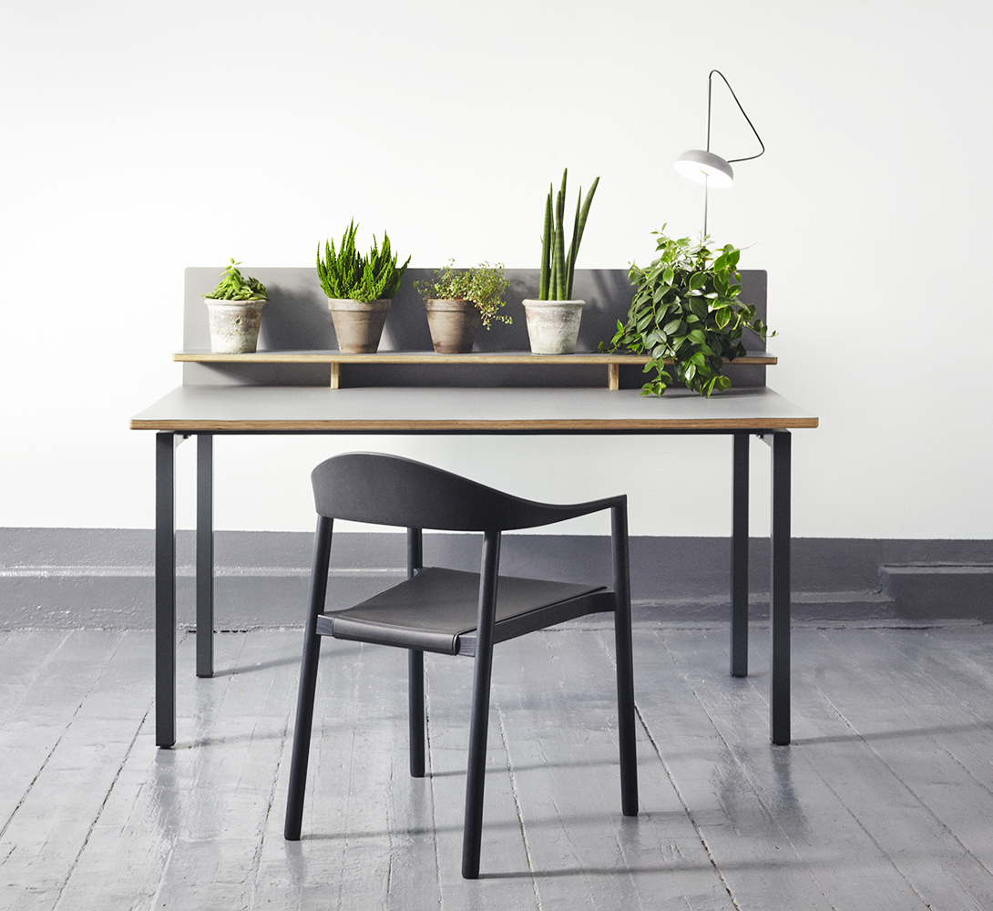 Elementa UT desk 150x85 with anthracite metal legs. Tabletop and shelf in plywood with Forbo Desktop linoleum.