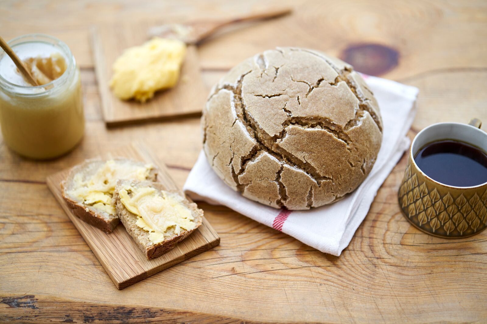 Sourdough bread with butter and honey. Photo: Alexander Benjaminsen.