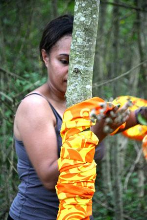 Edwin Fany   Fany Edwin est artiste plasticienne. Métisse, d'un papa originaire du Vanuatu et d'une maman kanak de Poindimié, elle vit en Nouvelle-Calédonie.  Elle a été encouragée par sa famille et son professeur à poursuivre ses études en arts plastiques en métropole. Sortir du territoire a été une façon de s'ouvrir au monde, de le découvrir, mais aussi de se découvrir elle-même. À Paris, Fany vit sa passion, se construit au fil des rencontres et des expériences. Aujourd'hui, étant maman, elle intervient auprès des enfants avec des ateliers arts-plastiques, mais aussi auprès des jeunes en décrochage scolaire.  L'artiste s'exprime à travers la performance, l'installation, la photographie plasticienne, la vidéo, l'art sonore, jusqu'à la peinture et l'assemblage.  Dans la capitale française, elle axe ses recherches autour du mouvement, du déplacementet de l'éloignement du corps. Perdu et désorienté, un travail identitaire s'est alors amorcé.  Le métissage, la transmission, la famille, la femme, l' Océanie sont des thèmes généraux qu'elle affectionne particulièrement.  Depuis 2015, elle se réjouit d'une activité et des projets artistiques intenses : des résidences, des expositions, et des collaborations artistiques.  .
