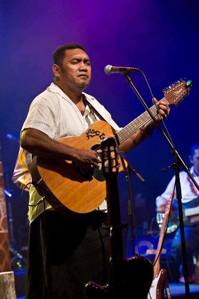 Patrice Kaïkilekofe   D'origine polynésienne des îles Uvéa et Futuna, Patrice voit le jour en Nouvelle-Calédonie en avril 1972 où ses parents y émigrent après 10 années passées aux Nouvelles–Hébrides (actuel Vanuatu).  Le réveil culturel, impulsé par le leader politique Kanak, J.M. Tjibaou, avec Mélanésia 2000, suivi de la période des événements des années 80, le laisse perplexe quant à l'avenir du pays ! Dès 1989, il s'initie à l'art mélanésien, par le biais de la sculpture bois à l'ETFPA de Bourail, avant de rejoindre l'Ecole d'arts de Nouméa dès son ouverture en 1990. Deux ans plus tard, ce sera en Nouvelle-Zélande au Whitireia Community Polytechnic, Te Kura Matatini o Whitireia où il s'immerge volontairement dans la culture maori, qu'il perçoit comme une des nombreuses civilisations de sculpteurs sur bois, mais également, comme la dernière destination, le terminus des grandes migrations polynésiennes !  Il y affine sa palette de travail (installation, performance art, gravure, peinture, céramique…) et surtout prend conscience d'être avant tout insulaire du Pacifique/ Pacific islander, en appartenant à cette grande famille de navigateurs, avec un héritage culturel sans précédent, qui pour lui est essentiel à son travail de création. Patrice travaille essentiellement le bois en sculpture, parfois, associé à la pierre ou encore au cuivre. Il utilise d'autres supports et techniques tels que la gravure sur Tapa / papier végétal, ou encore la peinture sur toile, qui lui permettent une continuité sur la performance, l'écriture en langue en Faka Uvéa et la composition musicale.  Patrice développe actuellement un travail pédagogique, autour des sonorités et de la création de Lali, une percussion traditionnelle sculptée dans le bois.