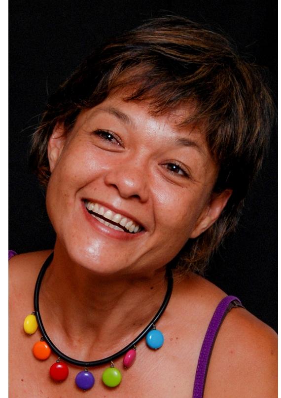 Marie Claudel   Née en 1974, issue d'un père lorrain d'origine tchèque et allemande et d'une mère insulaire d'origine vietnamienne et chinoise, Marie Claudel a grandi dans le grand nord de la Nouvelle Calédonie, terre de ses premières impressions au monde.  En 2003, elle est diplômée d'une licence arts plastiques avec mention à l'Université Paul Valéry de Montpellier. En 2008 et en 2012, elle a obtenu deux diplômes en Art Thérapie de l'école Vert Lumière à Saint-Etienne et de l'Institut de psychologie de l'Université Lumière de Lyon. Depuis 2014, elle vit et travaille en Nouvelle-Calédonie.  Les éléments naturels, les rebuts, la laine, le fil, l'acrylique, le pastel à l'huile, le brou de noix, le pistolet à colle et le cerne relief sont les matériaux qu'elle utilise dan ses créations teintées de symbolisme et de poésie.  L'oeuvre de Marie Claudel est empreinte d'une identité métissée, un univers hybride en constante évolution en lien avec la nature, la couleur et la spiritualité. Son oeuvre picturale est dynamique par les jeux visuels entre des surfaces en aplat et des lignes en relief qu''anime la lumière. Dans son oeuvre en volume, elle aime spiritualiser la matière et créer des objets d'émerveillement fonctionnels et ludiques en recyclant des déchets.  En pédiode de transition, ses racines bien ancrées, la forme de la chrysalide symbolise un nouvel état en devenir.