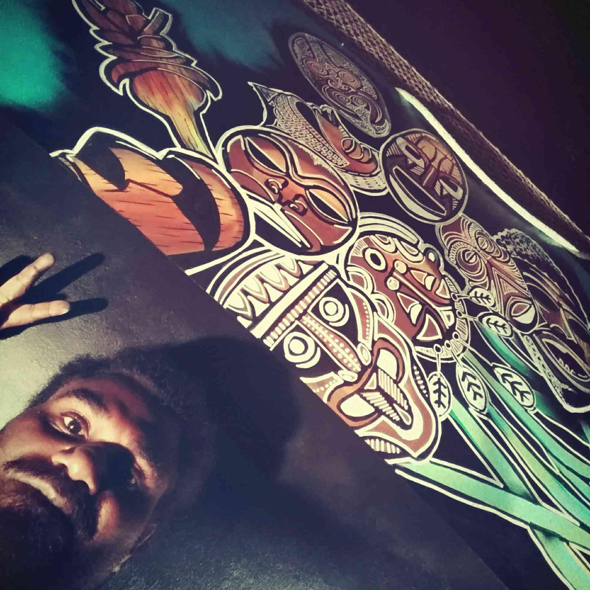 Will Nerho   Wilfried Nehro de son nom en langue A'jië, Bëvia Nô Nörö. Ce nom lui a était donné par son grand-père et veut dire : « Attache la parole du tonnerre » en langue A'jië de waa wi luu, dont il est originaire. Etant artiste plasticien il aborde mieux le domaine du dessin et du graphisme. Parfois il s'exprime en tant que graffeur et sur tous supports. Musicien, compositeur et interprète, dans la musique, iltrouve son inspiration et sa créativité.  Les problèmes de société le touchent beaucoup, c'est la base de son combat artistique ainsi que la jeunesse et la recherche de l'identité artistique propre à son pays.  Il enseigne et intervient en milieu scolaire, mais pratique aussi son art pour des particuliers et les institutions. Il utilise parfois ses compétences pour des collaborations avec d'autres artistes.