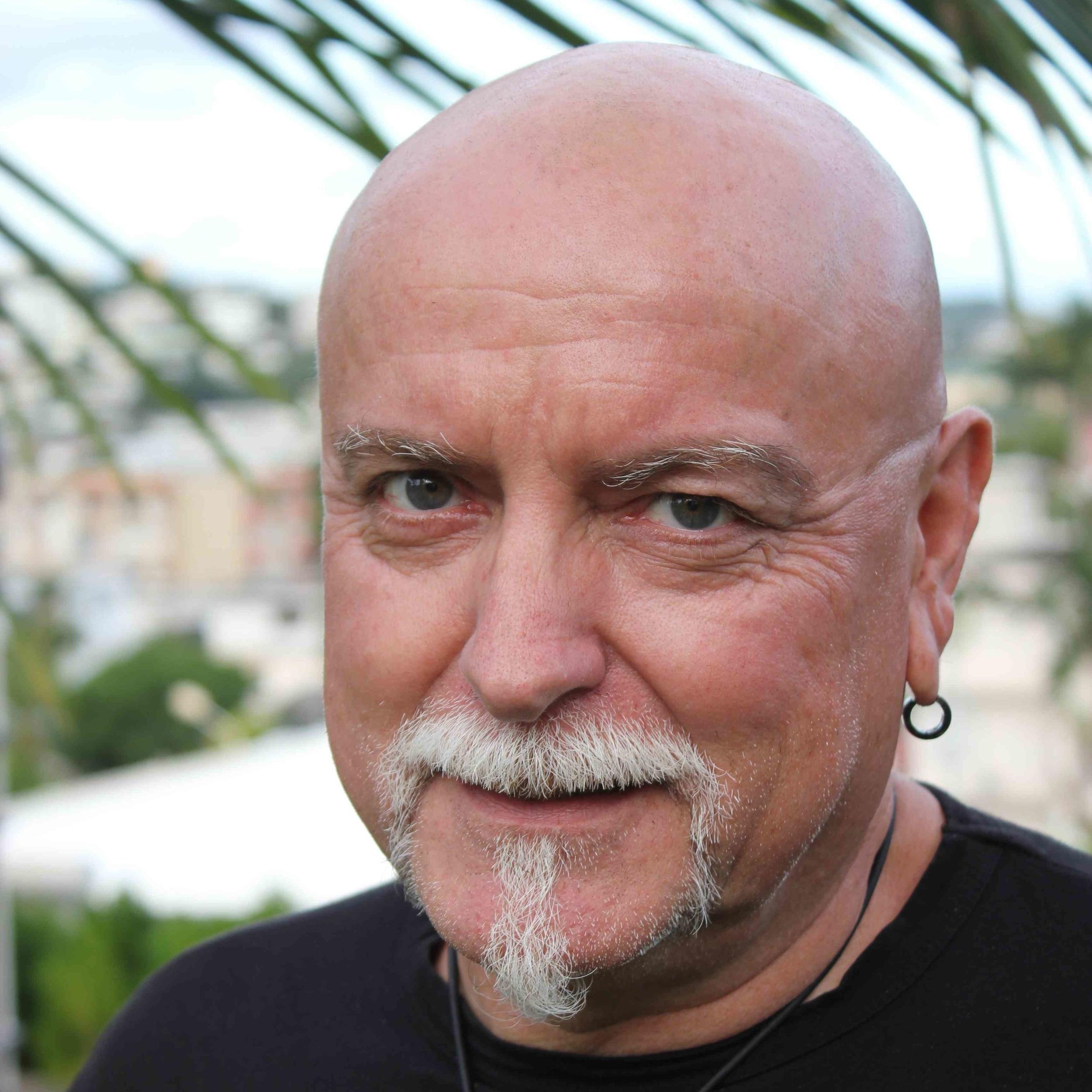 Fabrice Ballay   Né en 1960 à Dijon, Fabrice Ballay réside depuis les années 80 à Nouméa.  Autodidacte, il aborde au début de sa carrière les techniques liées à l'aérographie et se spécialise dans l'hyper-réalisme. Ses rencontres artistiques en Nouvelle-Calédonie lui ont permis d'aborder l'art contemporain par le biais de la sculpture et l'abstraction. Son métier de publicitaire lui a permis d'aborder l'utilisation de divers matériaux tels que résine, PVC, bois et métaux. Il utilise maintenant des bois locaux, du métal de récupération, avec lesquels il réalise des sculptures métissant ses codes occidentaux aux cultures océaniennes. Son style graphique le conduit à détourner des outils tel que pelles de chantier, pièces d'engins miniers et divers ouillage industriels  Il réalise des sculptures de tailles variables, du monumental à l'amulette portative. Il reste néanmoins attaché à la pratique du dessin traditionnel, l'infographie, l'aquarelle et le graff sur mur.  Il est également intervenant culturel auprès de publics en formation professionnelle, hors milieu scolaire.
