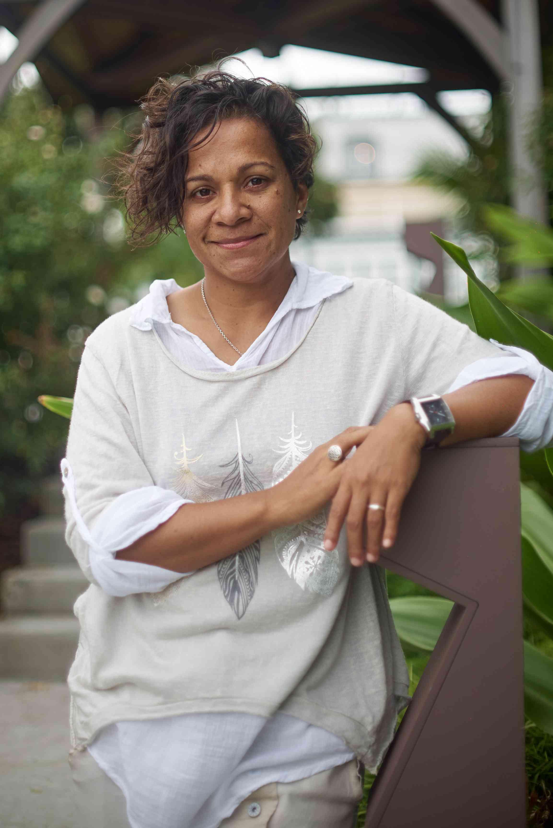 Pascale Gery   Pascale est née en Nouvelle-Calédonie, d'un père européen et d'une mère mélanésienne. Dès l'adolescence, elle se sent portée par l'univers onirique, des esprits invisibles et de sa culture kanak. Elle les traduit graphiquement, avec poésie et humour, par des personnages sympathiques, avec des lignes simples pour le regard et des messages complices pour accrocher l'esprit. Elle en a fait une ligne de design : Umameks, dont la philosophe est « l'Art et l'Humanité ne font qu'Un ».  A travers sa formation de designer graphic, elle utilise plusieurs médiums tels que le plastique, le tissu, le papier, le carton, le bois et ouvre sa pratique vers les matériaux du design tel que l'impression 3D, les leds, la céramique. Elle aborde différents domaines : le packaging, le design d'espace, le design sonore ou le design culinaire.  Elle est également sensible à la recherche scientifique, au design écologique, l'intelligence artificielle, le design craft, le street art, les arts de la scène, ainsi que la vidéo, la typographie ou encore la calligraphie.  Très active sur les réseaux sociaux, elle écrit sur umameksblog.com, partage sa créativité, son regard, ses messages en faisant de son mieux pour capter ce qui la passionne, l'interpelle, la sensibilise, l'élève.