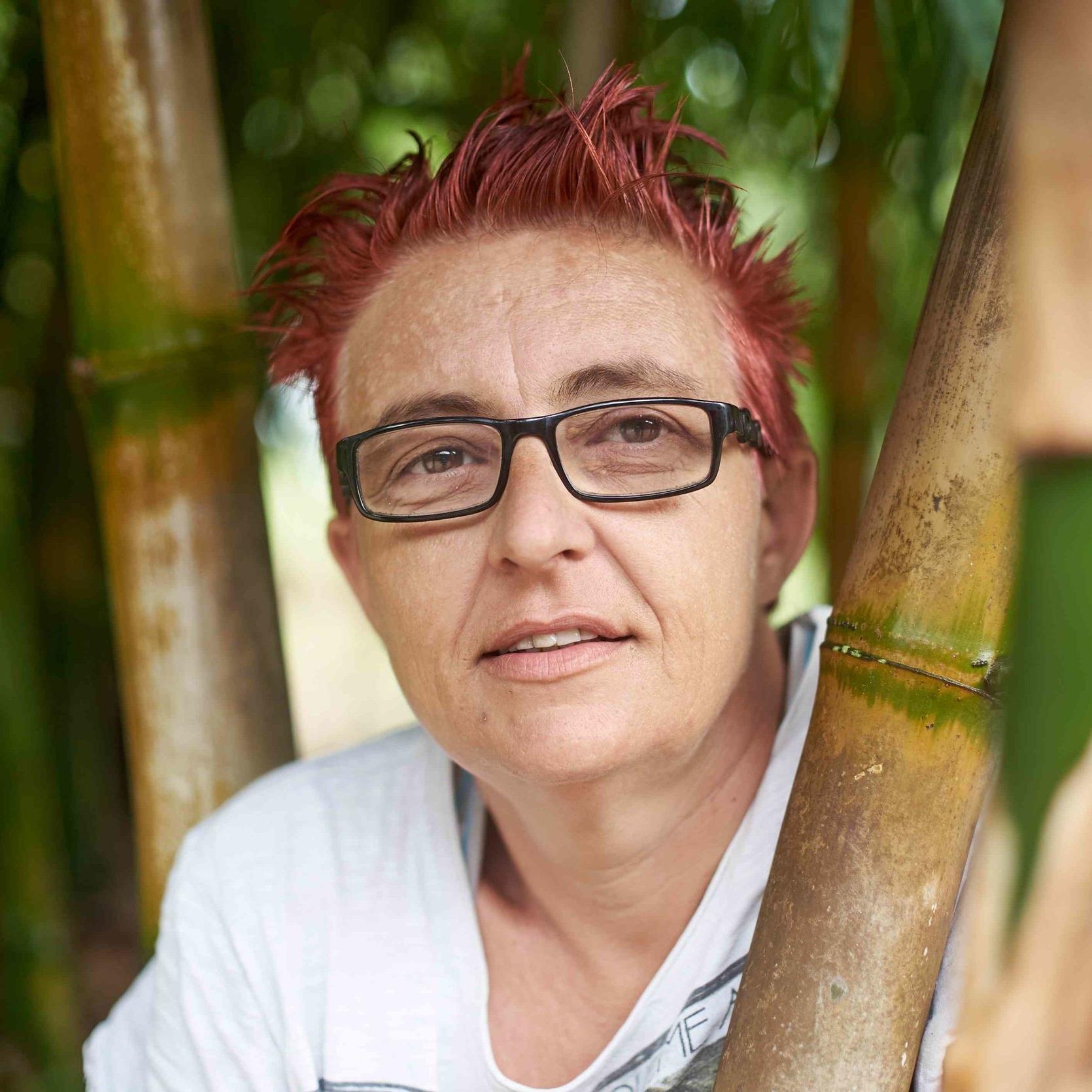 Maeva Bochin   Maeva Bochin nait à La Rochelle en 1973. Descendante de famille calédonienne Kabyle, elle vit en Nouvelle-Calédonie depuis bientôt 30 ans.  Diplômée de l'Ecole Nationale des Beaux-Arts de Nancy, elle va s'installer dans le nord de l'île. Pour partager son savoir et son savoir-faire, elle ouvre un atelier chez elle et intervient également en classes culturelles dans les établissements scolaires.  La gravure, la peinture sur grands formats, l'installation, le Land-Art sont ses domaines de prédilection. Elle monte sa première exposition sur le thème de l'homosexualité en Nouvelle-Calédonie, puis une seconde sur l'autisme et enfin la condition féminine.  Déterminée à travailler avec les personnes en difficulté, elle met en place des ateliers avec des structuresaccueillant des adolescents, dans des foyers recueillant des femmes et des personnes en situation de handicap et décide de ne plus exposer dans des galeries ou espaces d'exposition traditionnels.