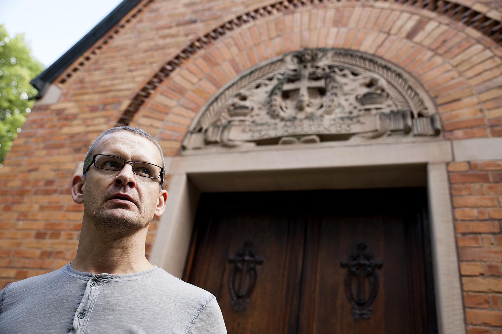 En tankfull kyrkogårdschef i Norberg framför Ferdinand Bobergs kapell.