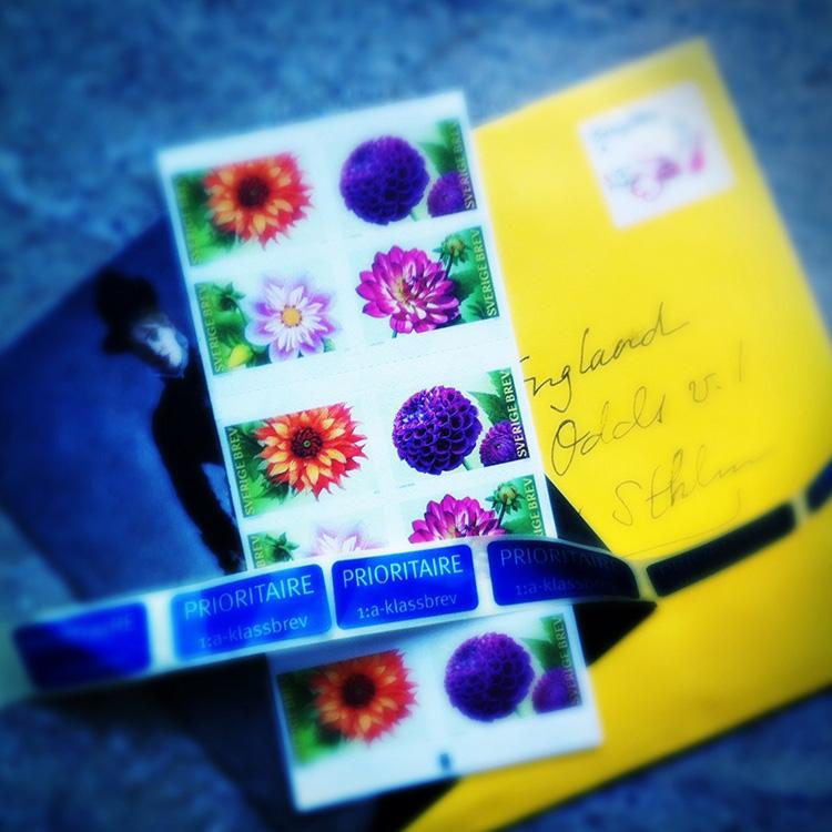 Analogt och digitalt. Brev, frimärken och vykort.