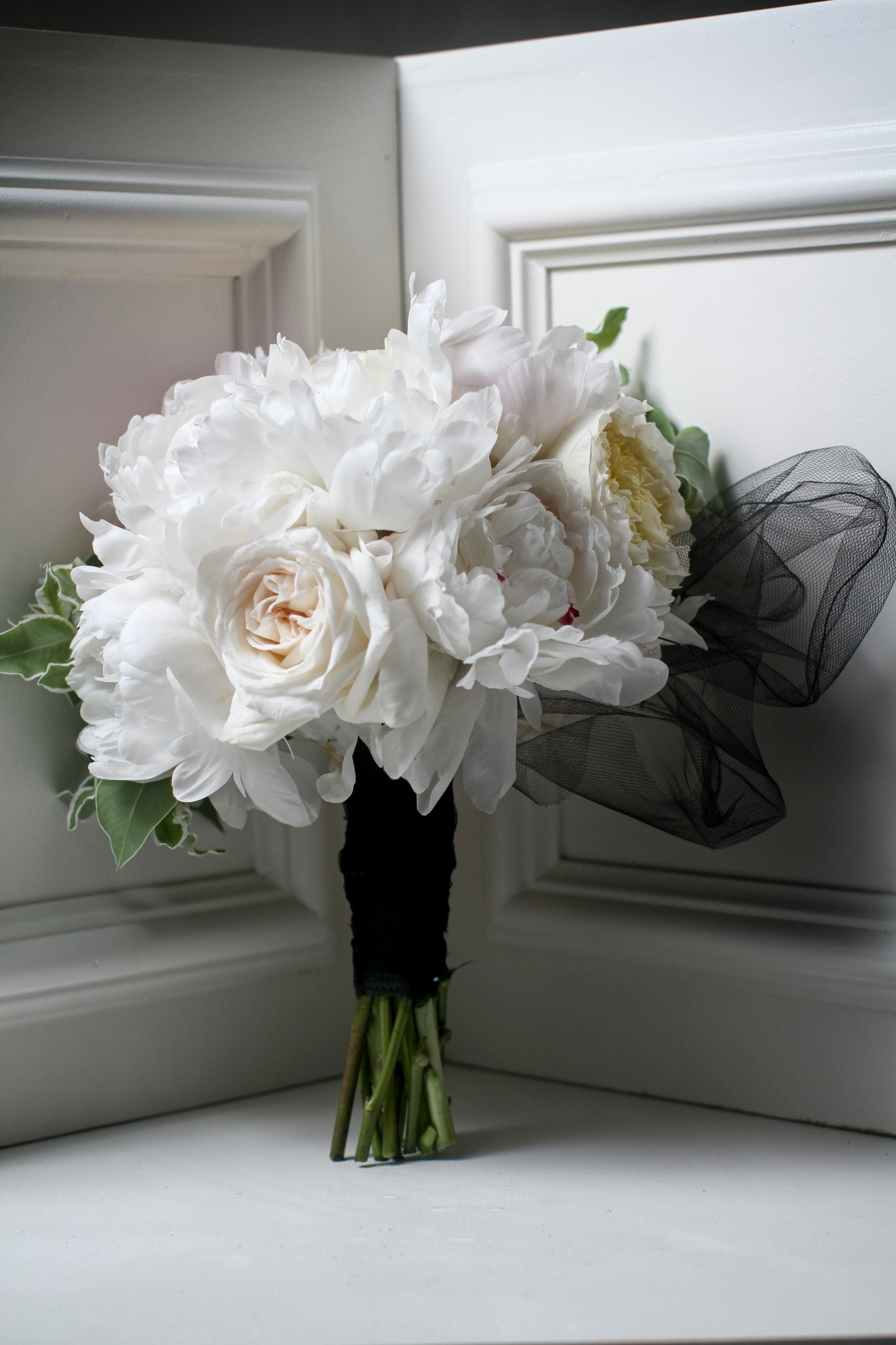dramatic white bridal bouquet by Passion Roots | Frank Amodo Photography | Oahu, Hawaii