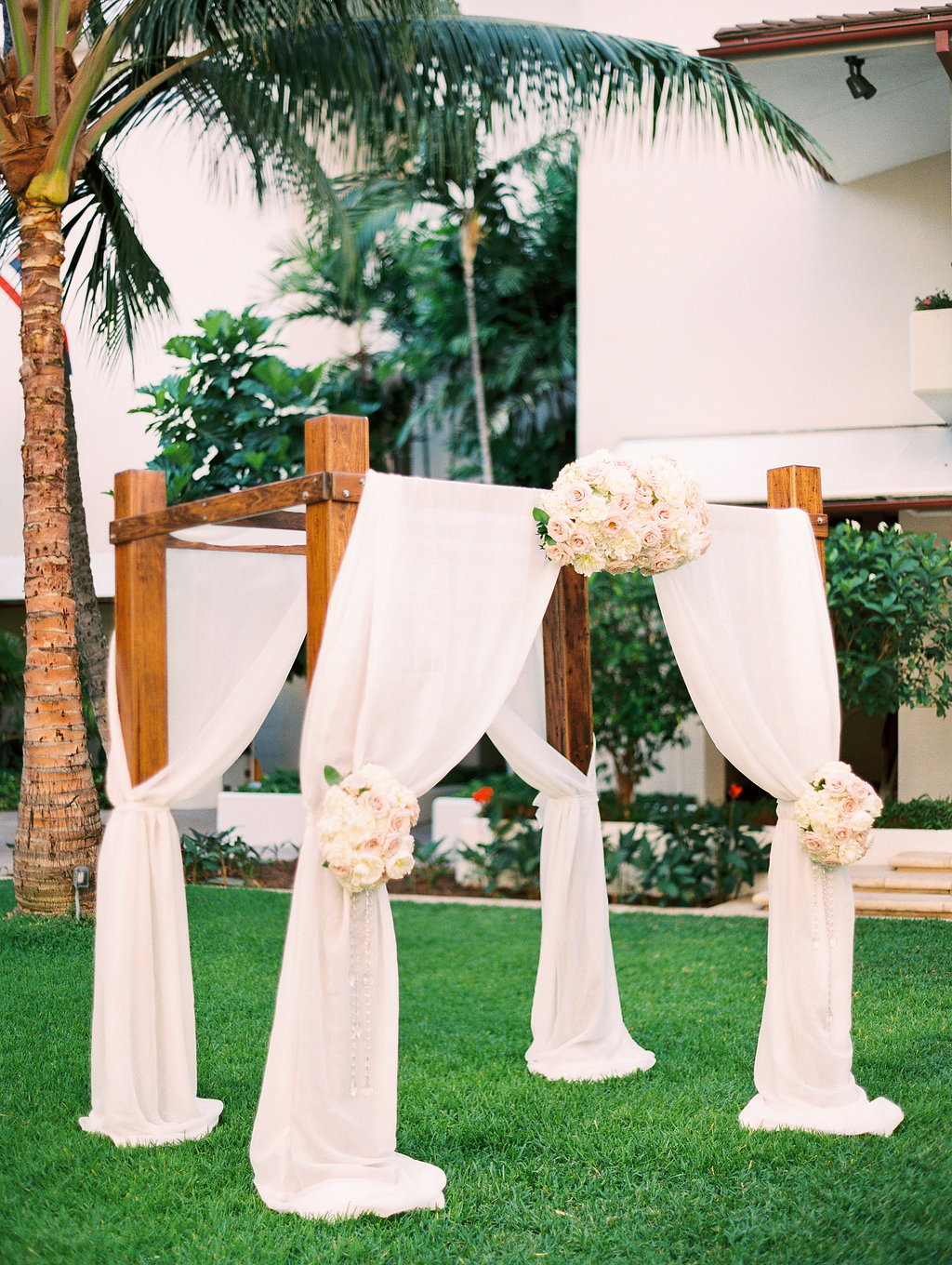 Posh Arch Piece by Passion Roots | Ashley Goodwin Photography | Oahu, Hawaii