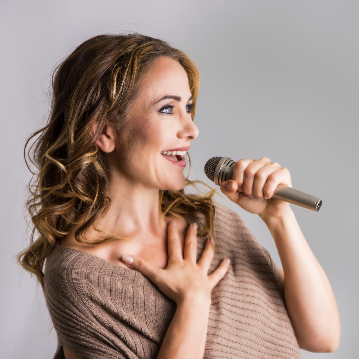 Sangundervisning - Lær øvelser og teknikker som:- Er sjangeruavhengige og tilpasset ditt nivå- Forbedrer pust og støtte- Motvirker spenninger i halsen når du synger- Utvider stemmeomfanget- Gir mer stemmekraft og flere klangmuligheter- Optimaliserer kroppens muskelkoordinasjonVelkommen til undervisning i mitt nye sangstudio på Selsbakk i Trondheim.NB! Nye priser fra 1.1.2019. Les mer her…