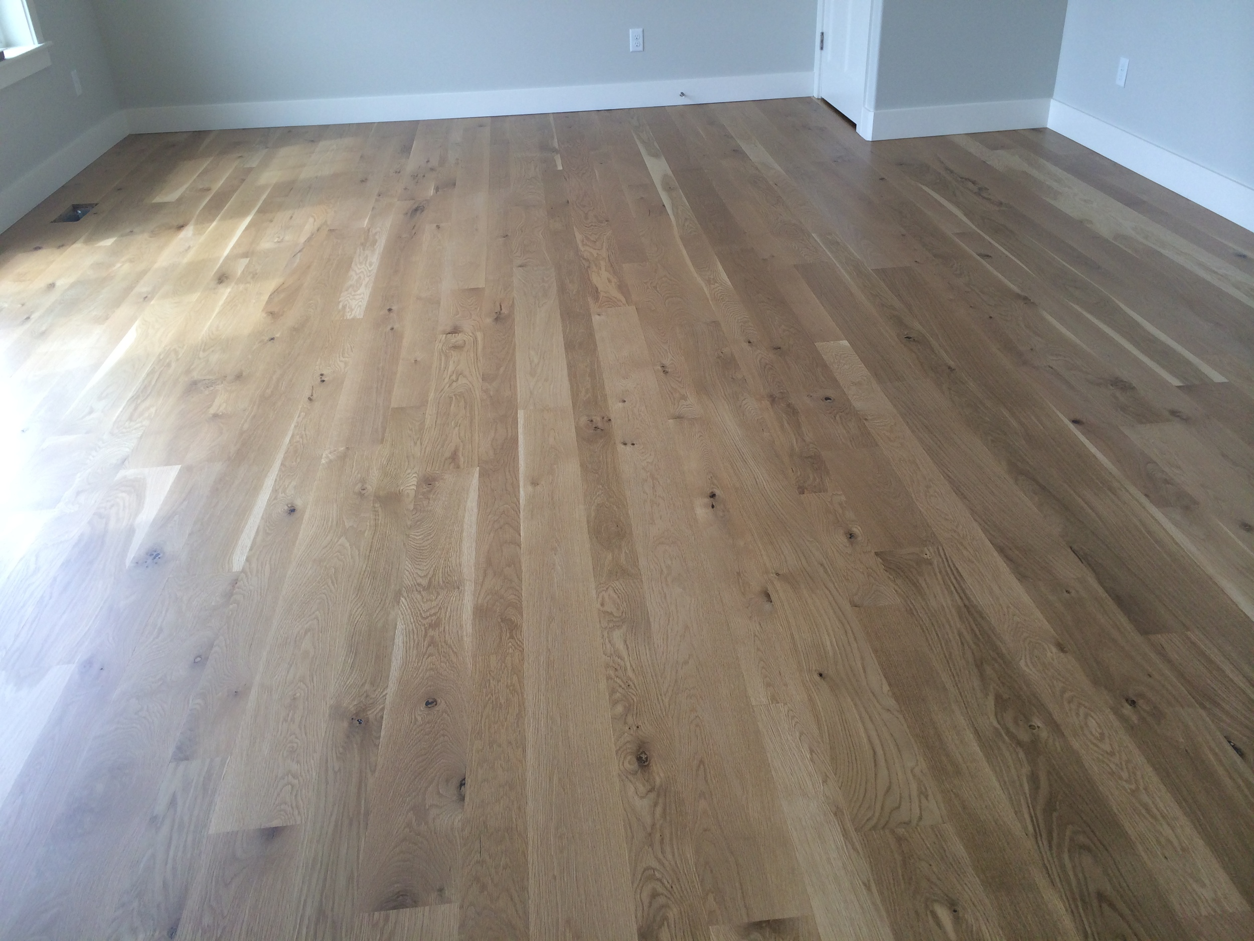 """White oak, in 4"""", 5"""" and 6"""" plank sizes, is sealed with a natural finish."""