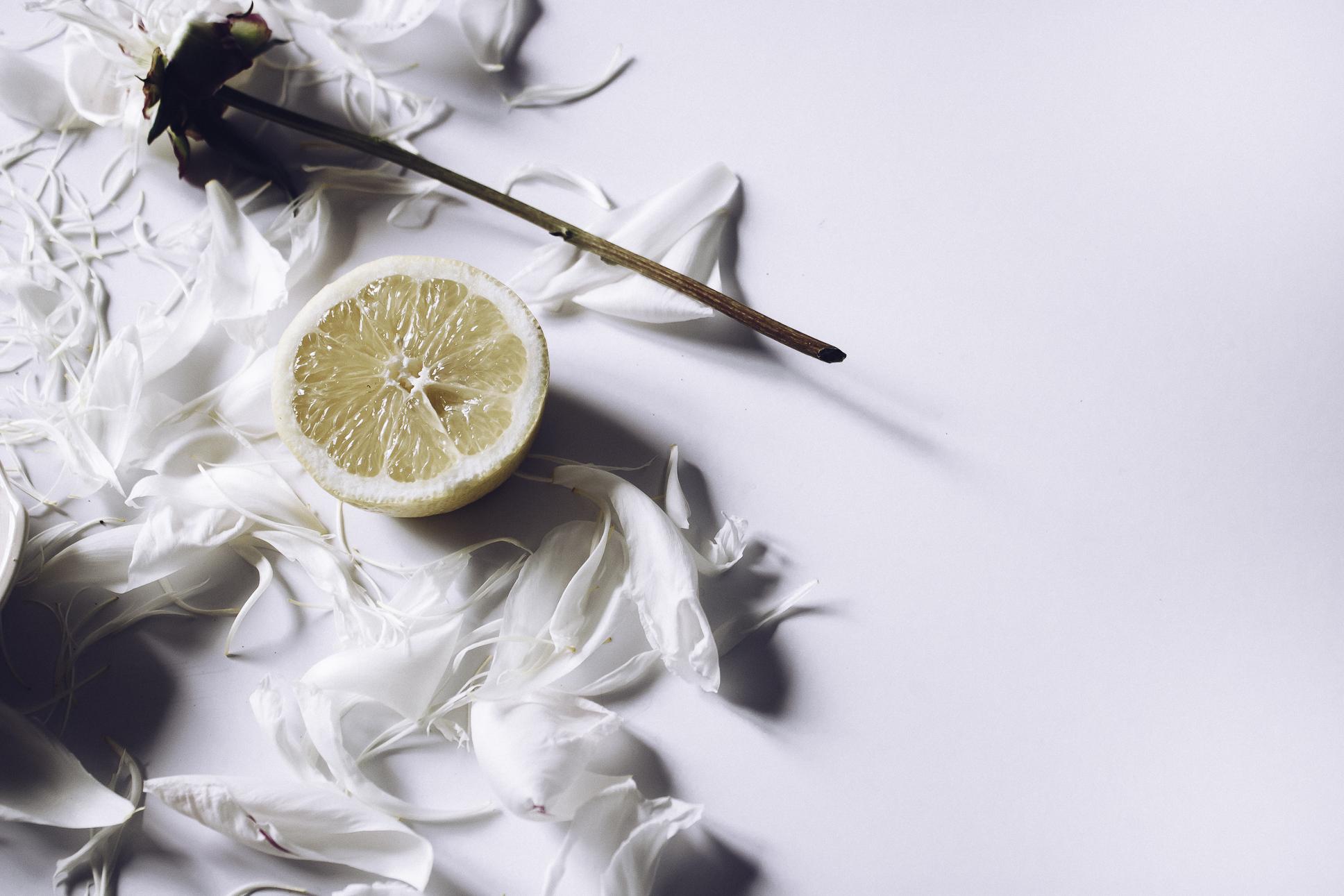 HELLOLOVELYLIVING.COM | DIY Turmeric Skin Lightening Mask | Lemon Benefits
