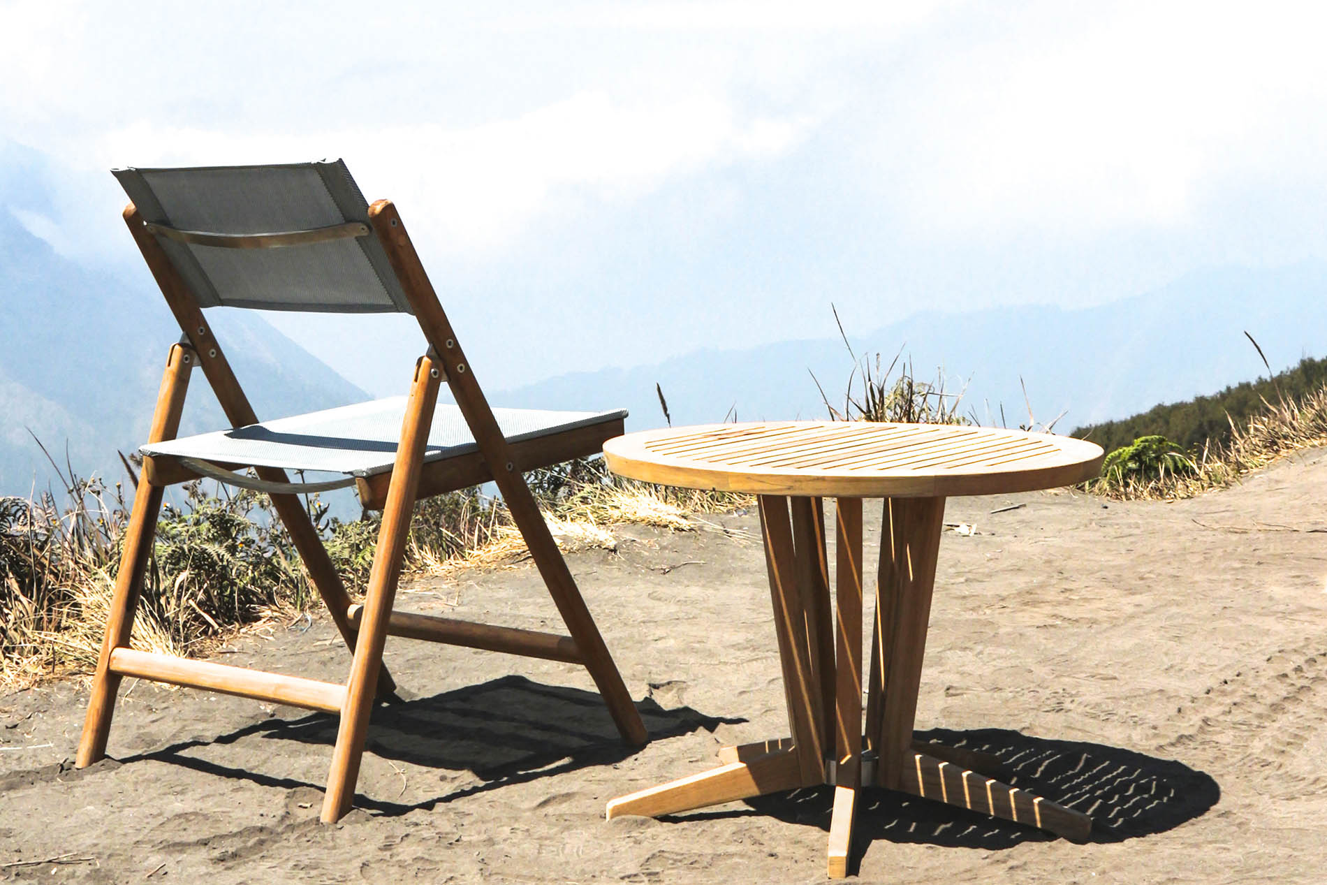 BROMO FOLDING CHAIR AND CUBE SIDE TABLE (Round)