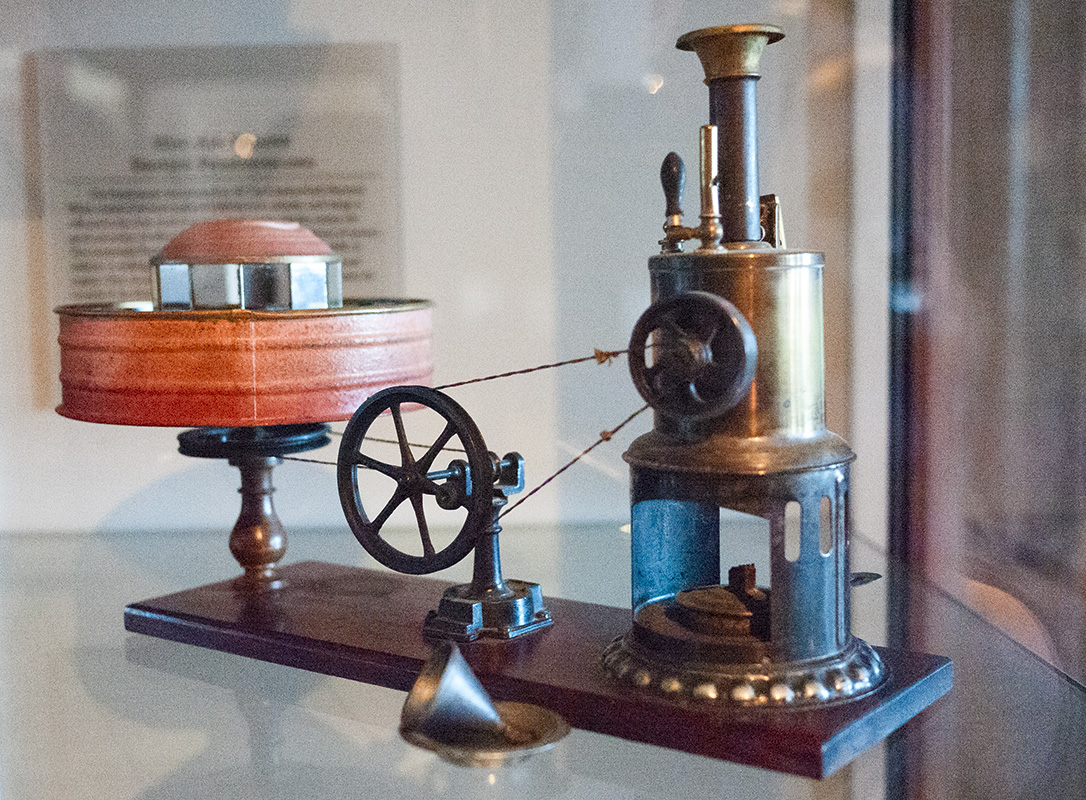 Hot-air engine driven praxinoscope produced by Ernst Plank in 1898.
