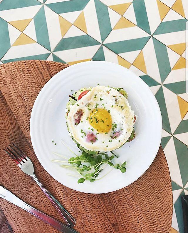egg 'em on @supremoboston #huevos #palta #paltaytomate #comida #buenasvibes #visitsupremo #visitjugos shot cred: @bostonfoodjournal💛