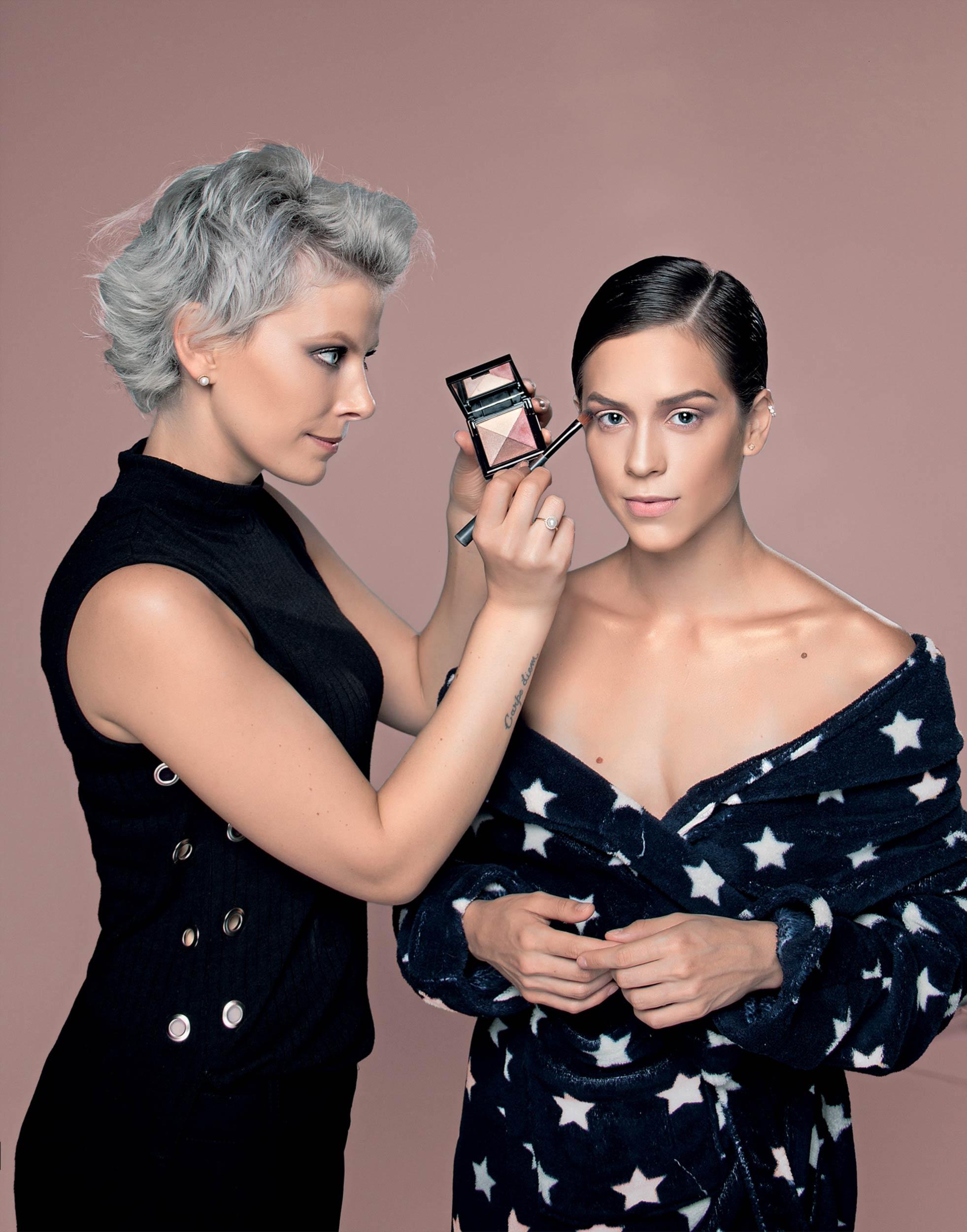 Cursos de maquiagem profissional e automaquiagem com a maquiadora premiada Suelen Johann