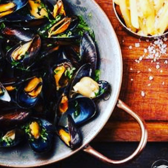 Moules-Frites Monday's $17  Select Wine Bottles $22 🍾🥂🍾🥂🍾🥂🍾🥂🍾🥂🍾🥂5pm - 11pm // Reservations 323.465.0807 #franklinvillage #hollywood #musselsmonday #pantagestheatre