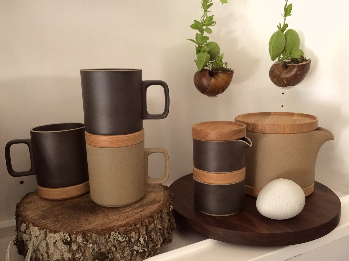 Shown: two coffee / tea mugs with one lid; milk pot and sugar pot with one lid each; coffee / tea pot with a coaster and a lid (interchangeable).