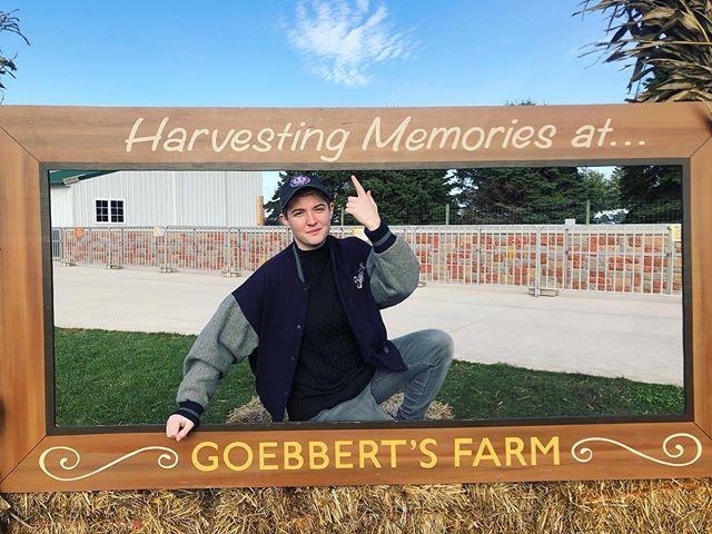 Harvesting 🍂 memories as high school soft butch, 😺 and ⚫️ @jillow_  #goebbertsfarm #catjackolantern #ferdinandperez