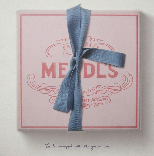 La République de Zubrowka est fière de sa tradition gastronomique : les boîtes de la fameuse pâtisserie Mendl's renfermant leur spécialité, le courtisan au chocolat.