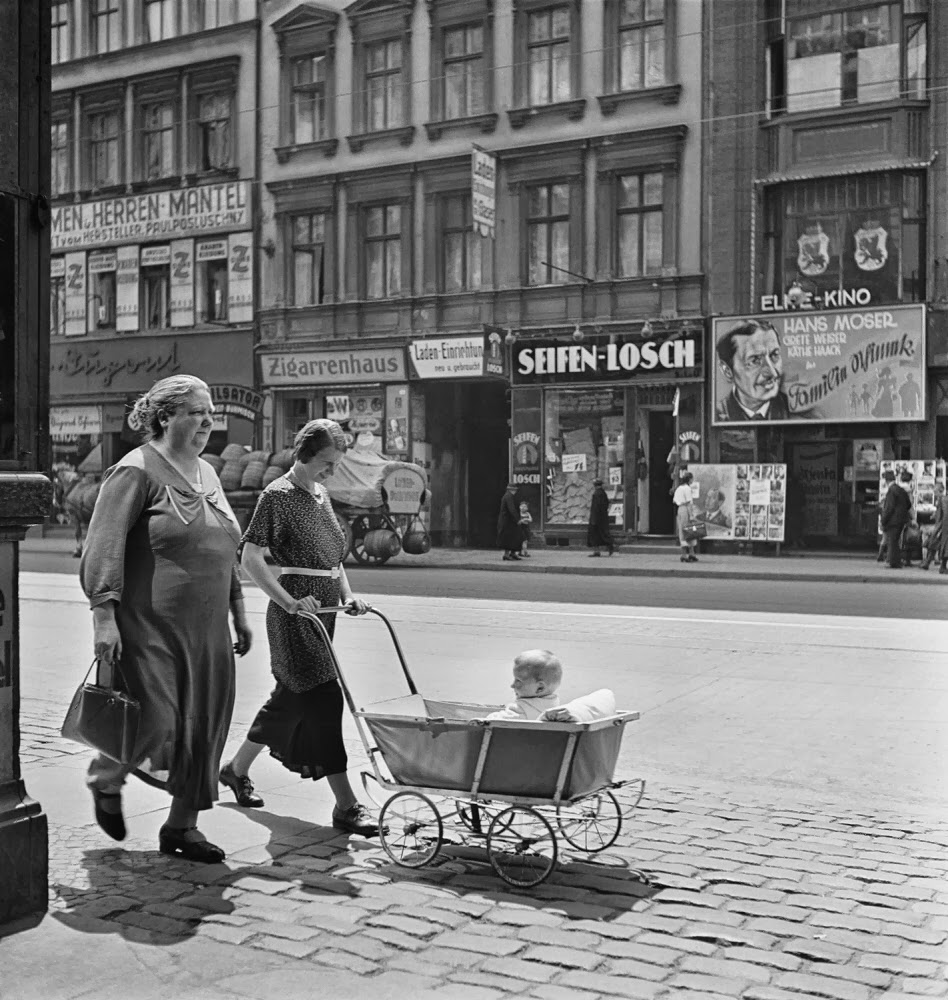 Berlin, c. 1935-1936 . Mara Vishniac Kohn, courtesy International Center of Photography