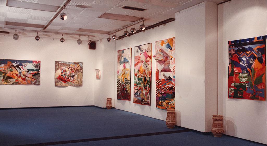 Installation photo from the exhibition showing several textile works (patchworks) / Fotos de la exposición con varios textiles ( patchworks )
