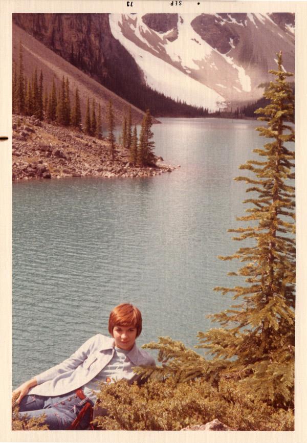 YR en junto al lago Moraine en el Parque Nacional Banff, 1973.