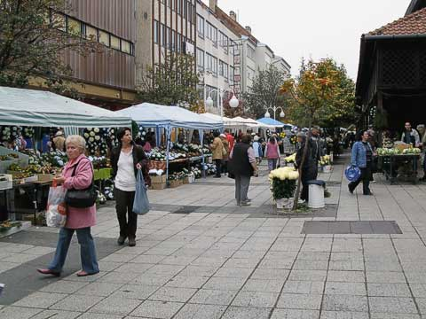 Eger has a large Market Hall (Piaccsarnok) which you can just see on the right, but there are also several vendors who set up shop in front of the hall.