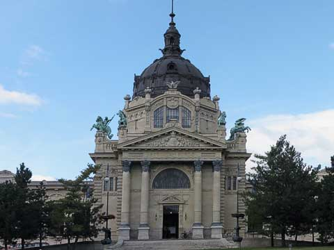 The Széchenyi Baths (Széchenyi Fürdő) are also in City Park. It consists of a lap pool, a fun pool, and a relaxation pool, the latter two thermal baths (gyógyfürdő) are fed by hot springs. The fun pool is kept at about 86°F and includes a circular current pool and a central bubble area. The other thermal bath has water at about 100°F.