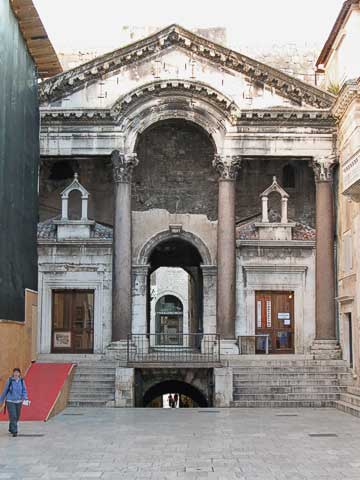 After going through the Bronze Gate and the cellar, you walk up to the Peristyle (Peristil). This picture is facing south, back towards the Bronze Gate. Above the steps which go back down to the cellar is the residence entry vestibule.